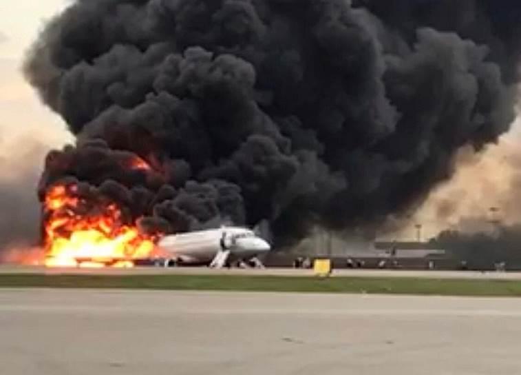 Вскоре самолет запросил экстренную посадку и вернулся в Шереметьево в 18:30. При аварийной посадке SSJ 100 загорелся