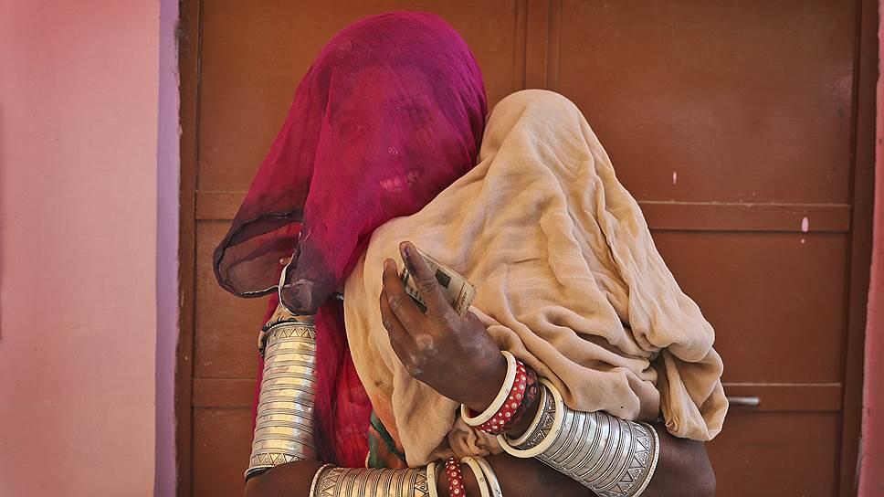Неемрана, Индия. Женщина с ребенком на избирательном участке