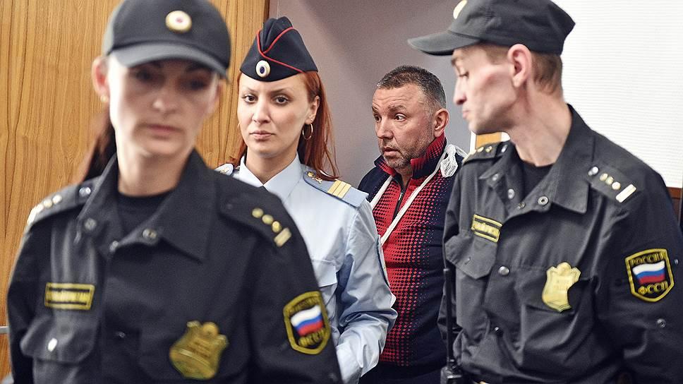 Бывший сотрудник 2-го отдела управления «К» ФСБ России Дмитрий Фролов (в центре)