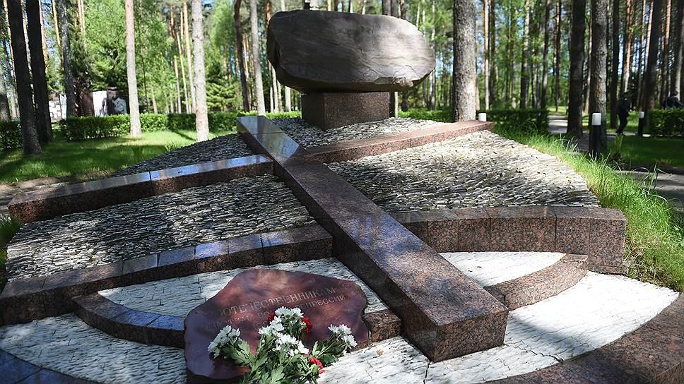 Мемориальная скульптурная композиция на территории комплекса