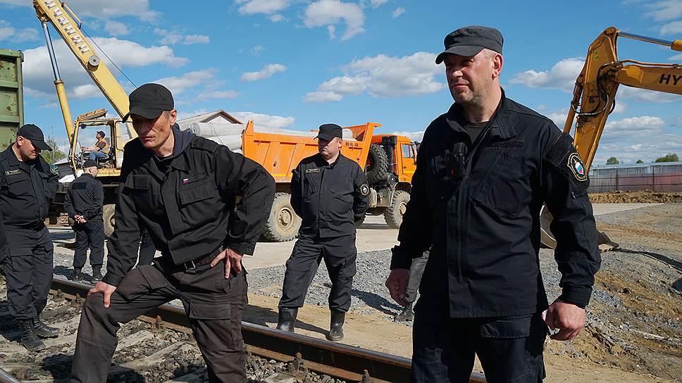 Сотрудники московского ЧОПа во время охраны места строительства мусорного полигона
