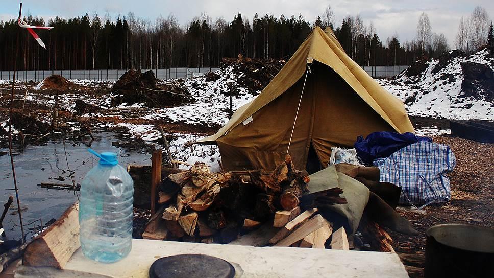 Палатка в лагере жителей, протестующих против строительства полигона
