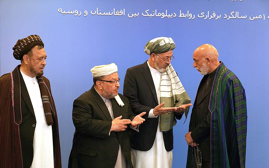 Бывший второй вице-президент Афганистана Мохаммад Карим Халили (второй справа) и бывший президент Афганистана Хамид Карзай (справа)
