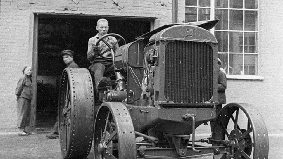 в 1933 г был построен тракторный завод в марте 1940 с конвейера