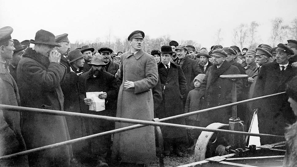 «На испытаниях присутствовали: товарищи Ленин (на фото — четвертый справа, в кепке), Калинин, представители Коминтерна, ЦК РКП, руководители прессы, представители научных и технических учреждений»