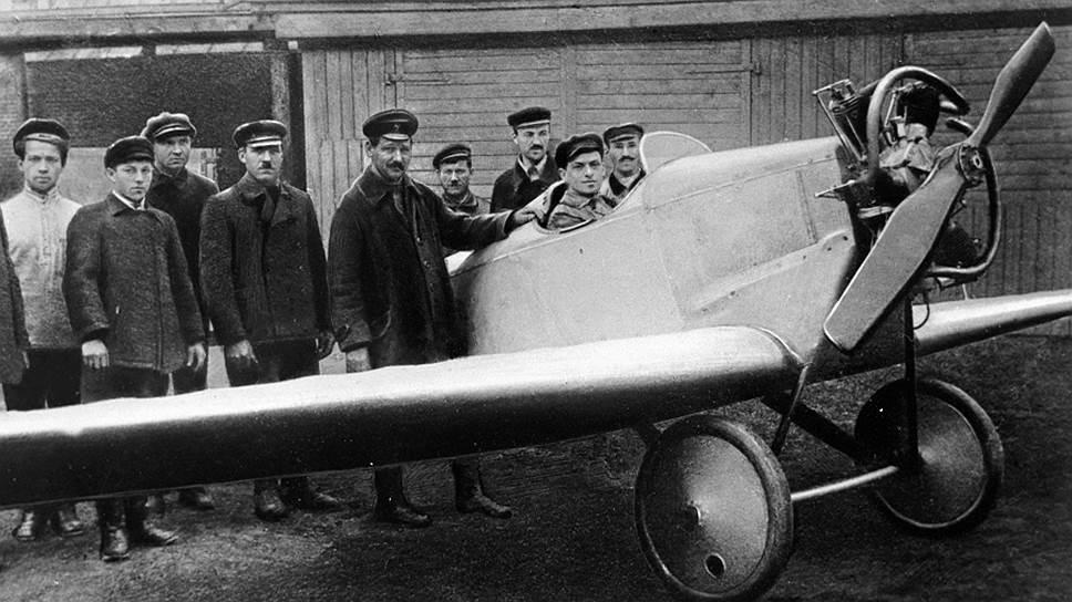Авиаконструктор Андрей Туполев (пятый слева) у своего первого самолета, 1923 год