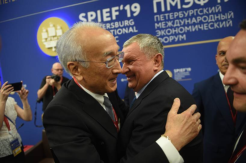 Президент Sasakawa Peace Foundation Нобуо Танака (слева) и главный исполнительный директор, председатель правления компании «Роснефть» Игорь Сечин (в центре) на Энергетической панели