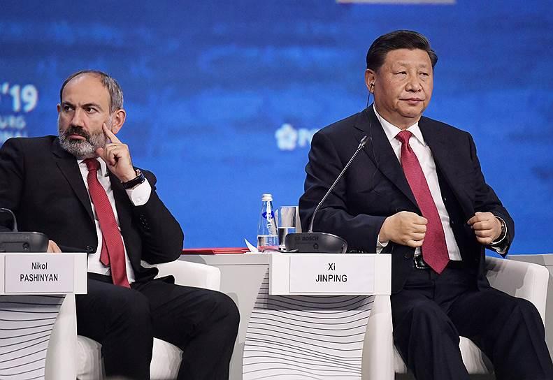 Премьер-министр Армении Никол Пашинян (слева) и председатель КНР Си Цзиньпин (справа) во время пленарного заседания