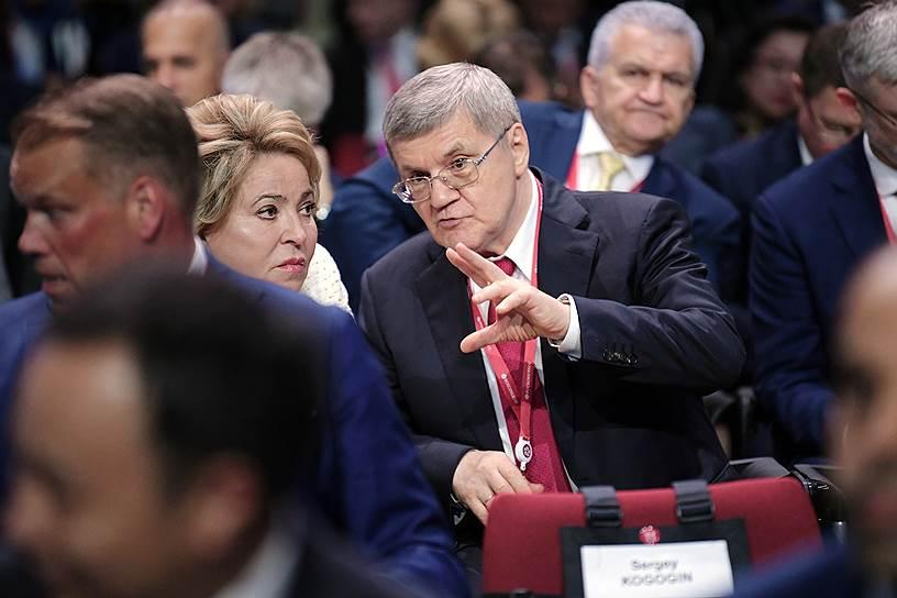 Председатель Совета Федерации России Валентина Матвиенко и генеральный прокурор России Юрий Чайка перед началом пленарного заседания