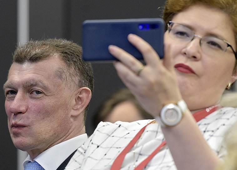 Министр труда и социальной защиты России Максим Топилин (слева) во время сессии «Национальные цели развития: главные вопросы по итогам первого года работы»