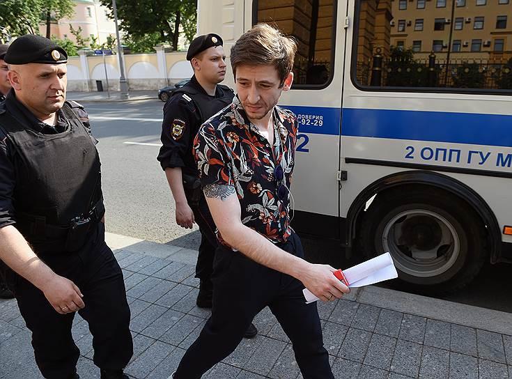 Журналист Григорий Туманов у здания ГУ МВД России по городу Москве
