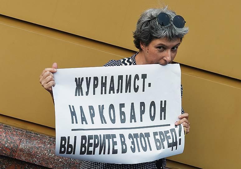 Журналист Анна Наринская у здания ГУ МВД России по городу Москве