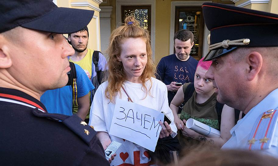 Одиночный пикет в поддержку журналиста Ивана Голунова у станции метро «Гостиный Двор» в Санкт-Петербурге