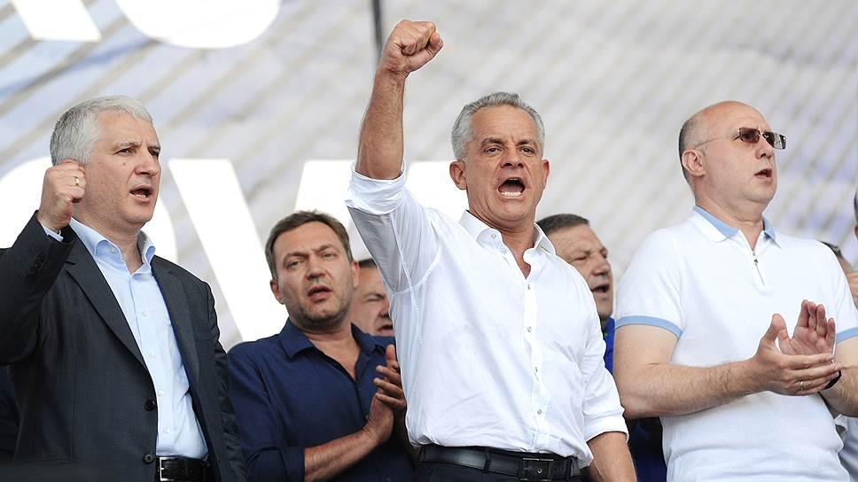 Председатель Демократической партии Молдавии (ДПМ) Владимир Плахотнюк (в центре) и исполняющий обязанности премьер-министра Молдавии, член Демократической партии Молдавии Павел Филип (второй справа) во время митинга демократической партии Молдавии