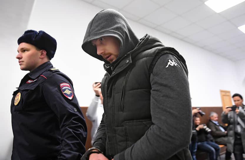 <b>Максим Уметбаев, оперуполномоченный</b> <br>По словам журналиста Ивана Голунова, после задержания по обвинению в сбыте наркотиков полицейский нанес ему два удара кулаком в висок. В 2015-м занял второе место на конкурсе «Лучший полицейский Москвы». Был уволен. 30 января 2020 года Басманный суд Москвы арестовал его на два месяца по делу о подбросе наркотиков