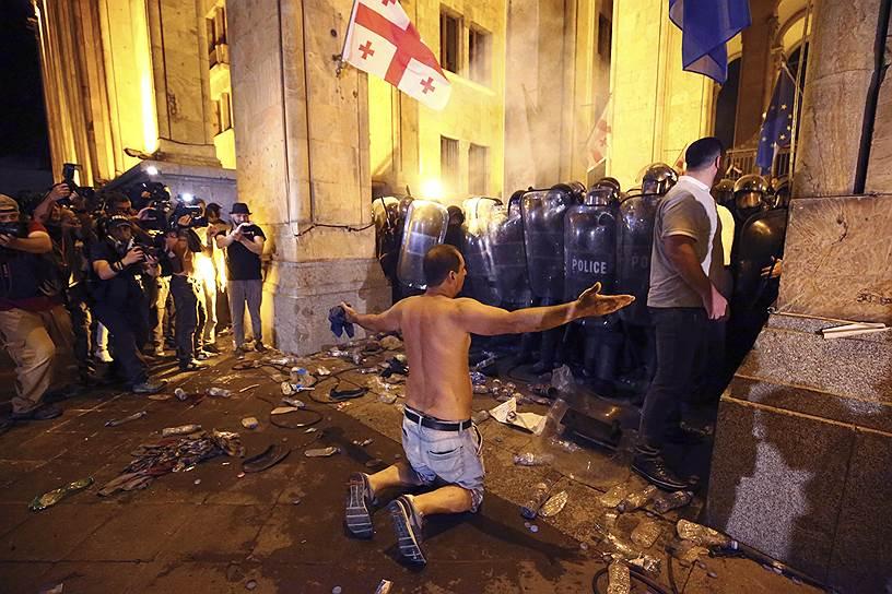 Полиции удалось оттеснить протестующих от здания парламента, но в течение ночи на проспекте Руставели продолжались столкновения