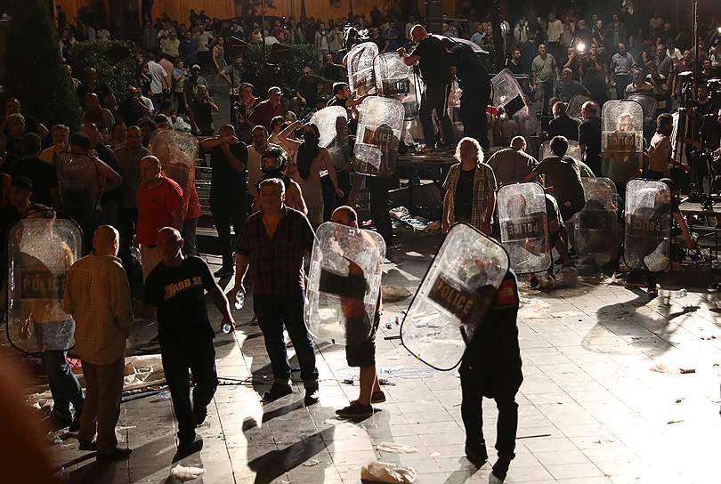 По данным Минздрава Грузии, в ходе столкновений пострадали 240 участников акции протеста и около 80 полицейских. Были задержаны 305 человек