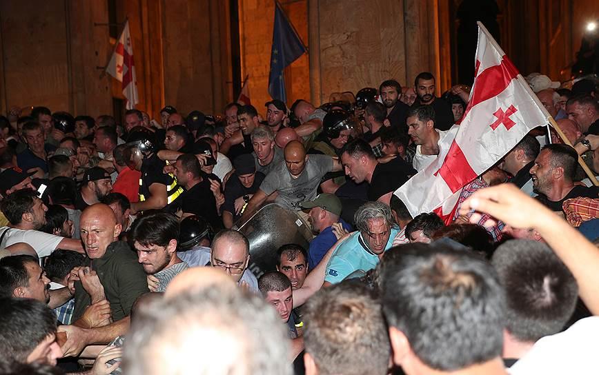 Протестующие попытались штурмовать здание парламента, полиция применила слезоточивый газ, сигнальные ракеты и резиновые пули