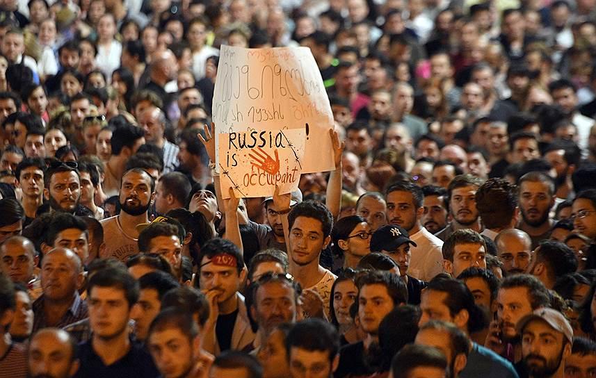 Президент Грузии Саломе Зурабишвили назвала РФ «врагом и оккупантом», а также нашла в своей стране «пятую колонну». Пресс-секретарь президента России Дмитрий Песков, в свою очередь, назвал акции протеста в Грузии русофобской провокацией