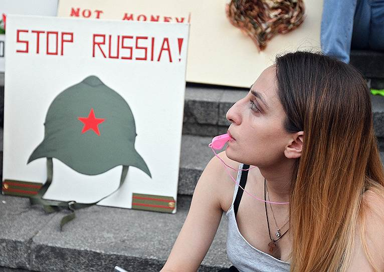 Спецпредставитель премьер-министра Грузии по связям с Россией Зураб Абашидзе сказал, что в Тбилиси изучают решение о запрете полетов