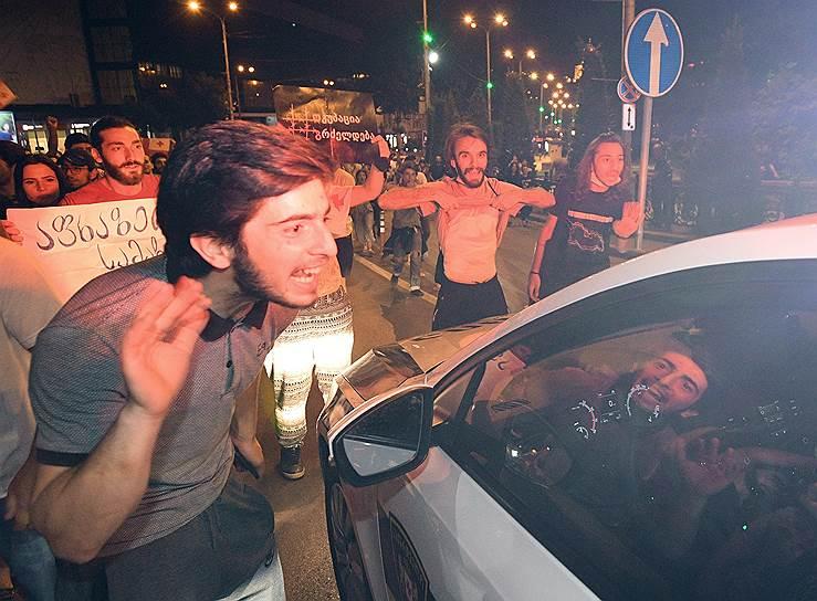 Участники акции протеста на улицах Тбилиси 23 июня