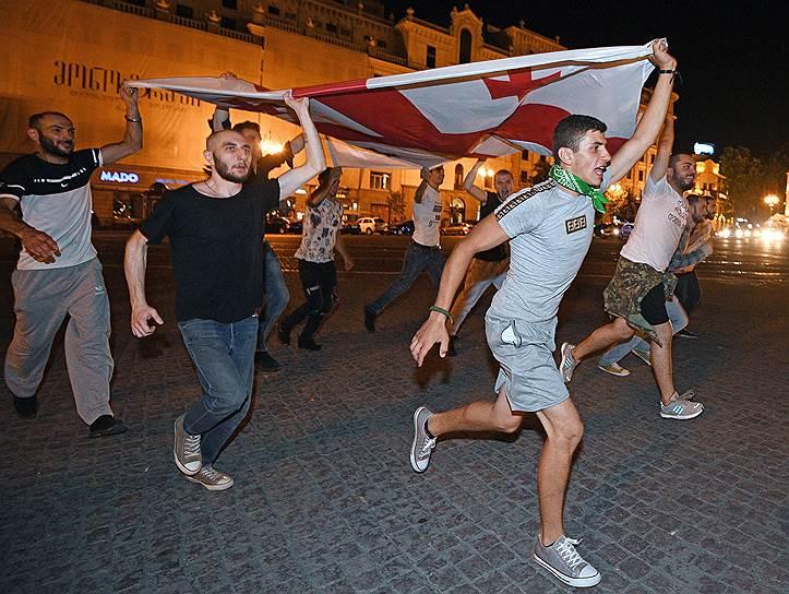 Участники акции протеста на улицах Тбилиси