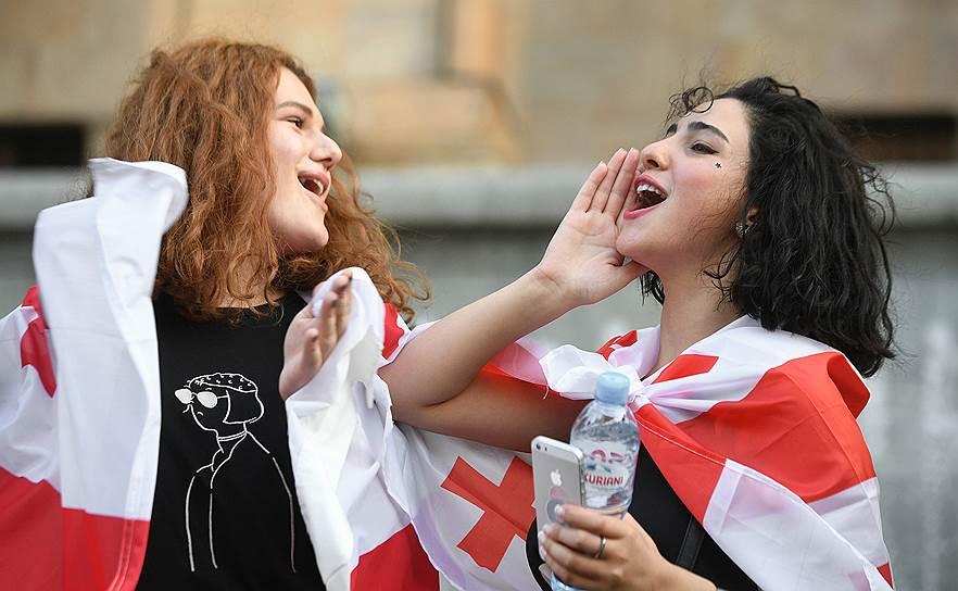 Участники акции протеста у здания парламента на проспекте Руставели