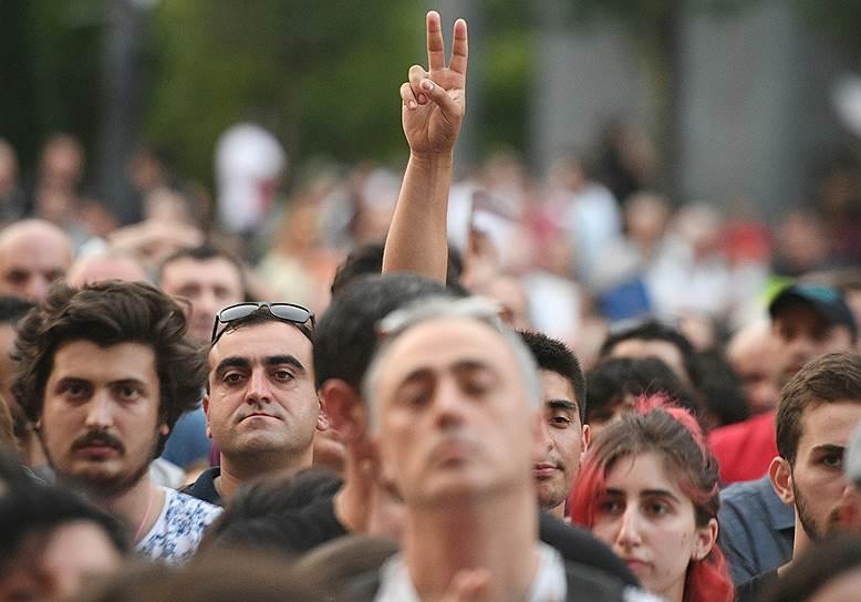 Митингующим удалось перекрыть проспект Руставели у парламента