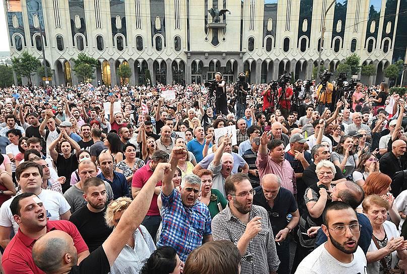 Участники акции у правительства образовали живую цепь напротив сотрудников полиции, оцепивших здание, и с выкриками «Уходи, уходи!» разошлись
