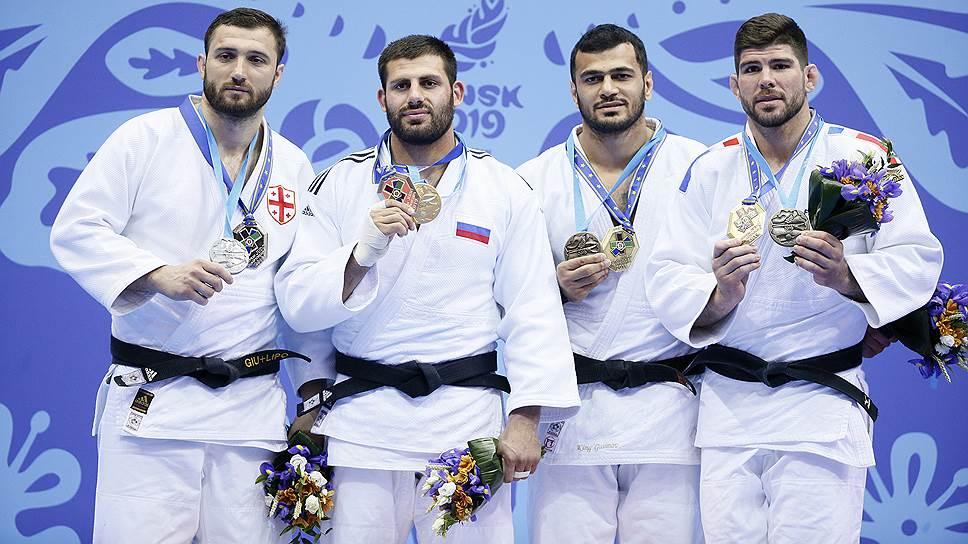 Российский дзюдоист Арман Адамян (втророй слева) позирует с золодой медалью вместе с другими спортсменами чемпионата