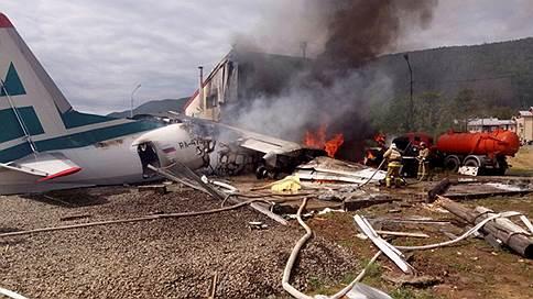 Самолету не хватило полосы  / В Бурятии Ан-24 при аварийной посадке врезался в здание, погибли пилот и техник