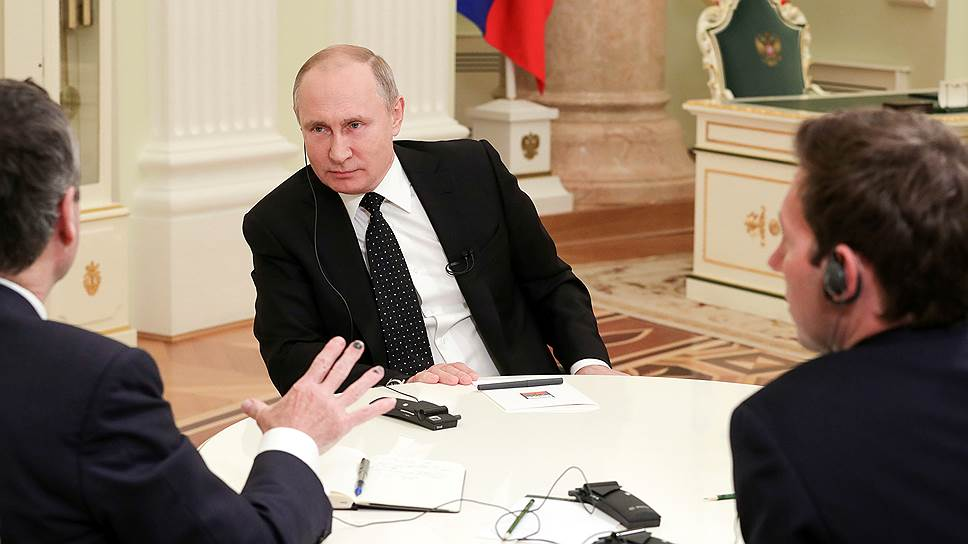Президент России Владимир Путин (в центре) с редактором Financial Times Лайонелом Барбером (слева) и главой московского бюро FT Генри Фоем