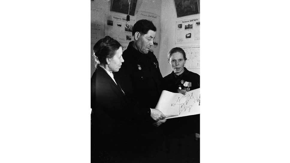 Всеми успехами совхоз «Караваево» был, по сути, обязан одному человеку — старшему зоотехнику С. И. Штейману (на фото — в центре)