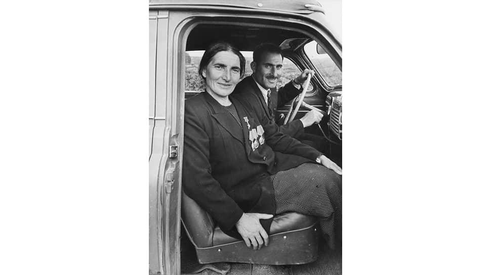 Количеству личных автомобилей в колхозе имени Берии могли позавидовать не только более крупные хозяйства, но и небольшие города (на фото — дважды Герой Социалистического Труда Т. А. Капуния отправляется с сыном на своей машине в Зугдидский театр)