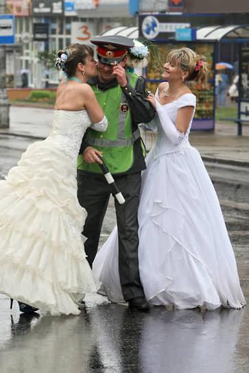 Сотрудник ДПС с участницами парада невест