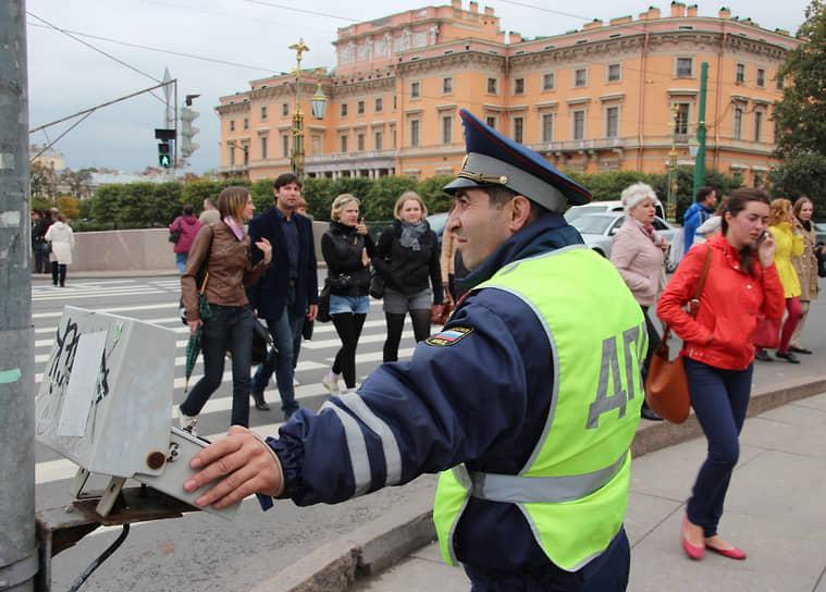Сотрудник ГИБДД дает дорогу пешеходам