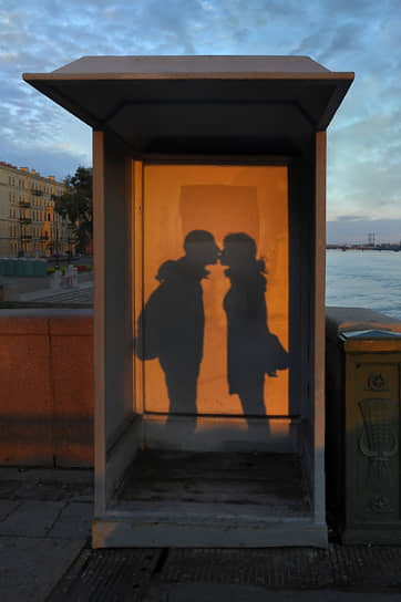 Поцелуй на фоне поста ДПС