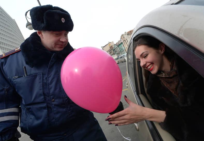 Гаишник поздравляет женщину с 8 марта