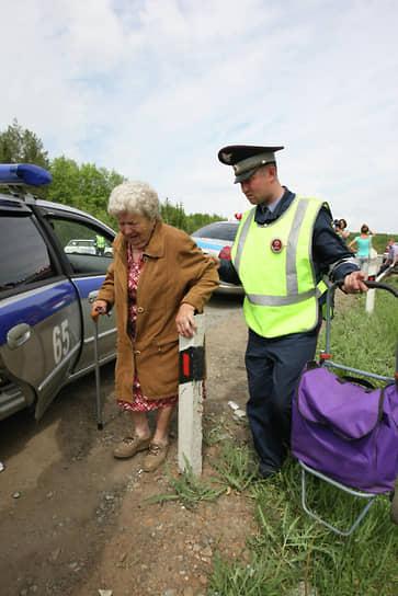 Сотрудник ДПС переводит пожилую женщину через дорогу