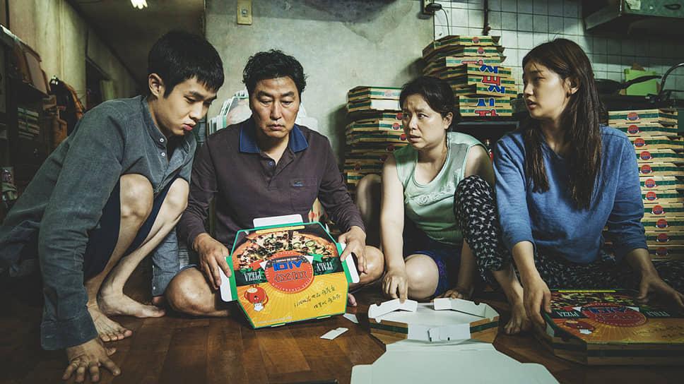 Фильм начинается с колоритного описания упадка — небольшая семья весь день напролет складывает картонные коробки для пиццы, халтуря и проклиная свою жизнь