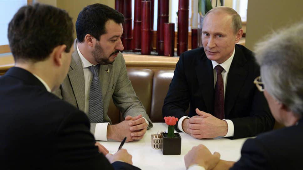 Президент РФ Владимир Путин (справа) и лидер партии «Лига» Маттео Сальвини