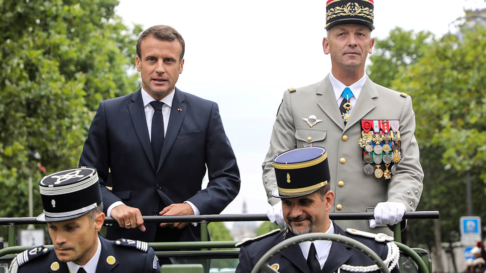 Парад президент всегда принимает в открытой машине, которая проезжает все Елисейские поля