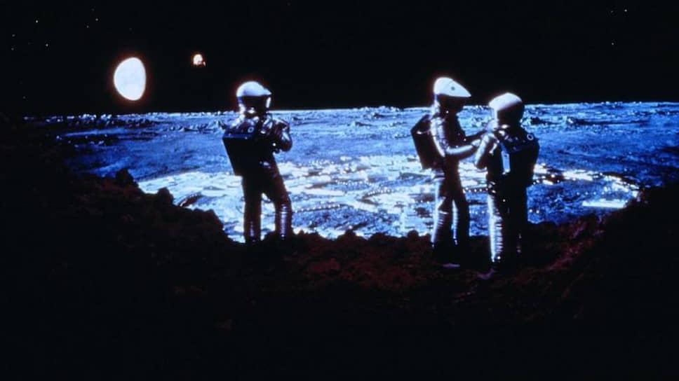 Режиссера Стэнли Кубрика, снявшего фильм «2001 год: Космическая одиссея» за год до первой лунной миссии «Аполлона-11» (на фото кадр из фильма), конспирологи считают одним из главных действующих лиц «лунного заговора»