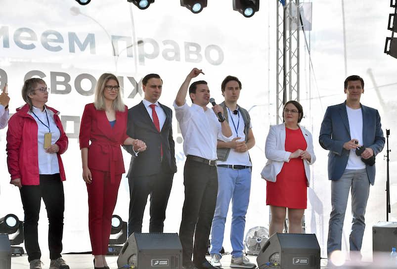 Слева направо: кандидаты Елена Русакова, Любовь Соболь, Иван Жданов, Илья Яшин, Кирилл Гончаров, Юлия Галямина и Дмитрий Гудков