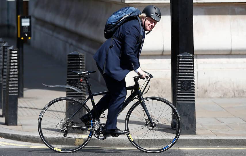 Будучи мэром Лондона, Борис Джонсон часто передвигался по городу на велосипеде. Но после перехода в правительство британская полиция запретила ему этот вид транспорта по соображениям безопасности