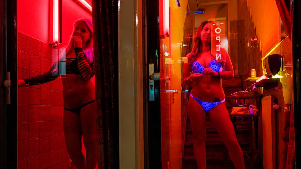 В Амстердаме проститутки с полудня и до глубокой ночи привлекают клиентов, стоя в витрине.