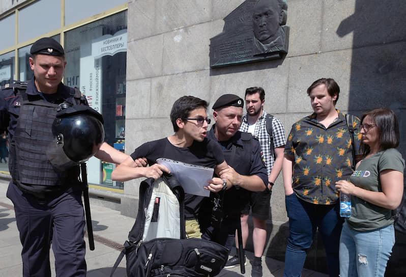 Еще перед началом акции были задержаны экс-кандидаты в Мосгордуму Любовь Соболь, Дмитрий Гудков, Иван Жданов и Юлия Галямина