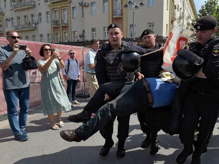 На 27 июля незарегистрированные кандидаты в Мосгордуму объявил акцию протеста у здания мэрии Москвы на Тверской улице. Акция не была согласована
