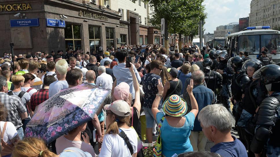 Протестующие прорвали оцепление в районе пересечения Тверской улицы с Тверским и Страстными бульварами и вышли на проезжую часть