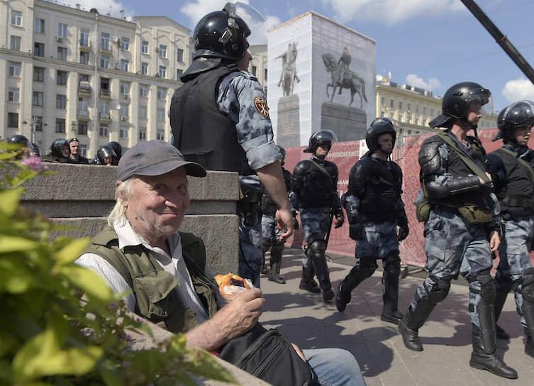 В центре города начались шествия